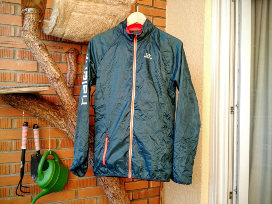 best cheap 8aa50 29dff Durch den Monsun - Kalenji Trail Laufjacke im Wind ...